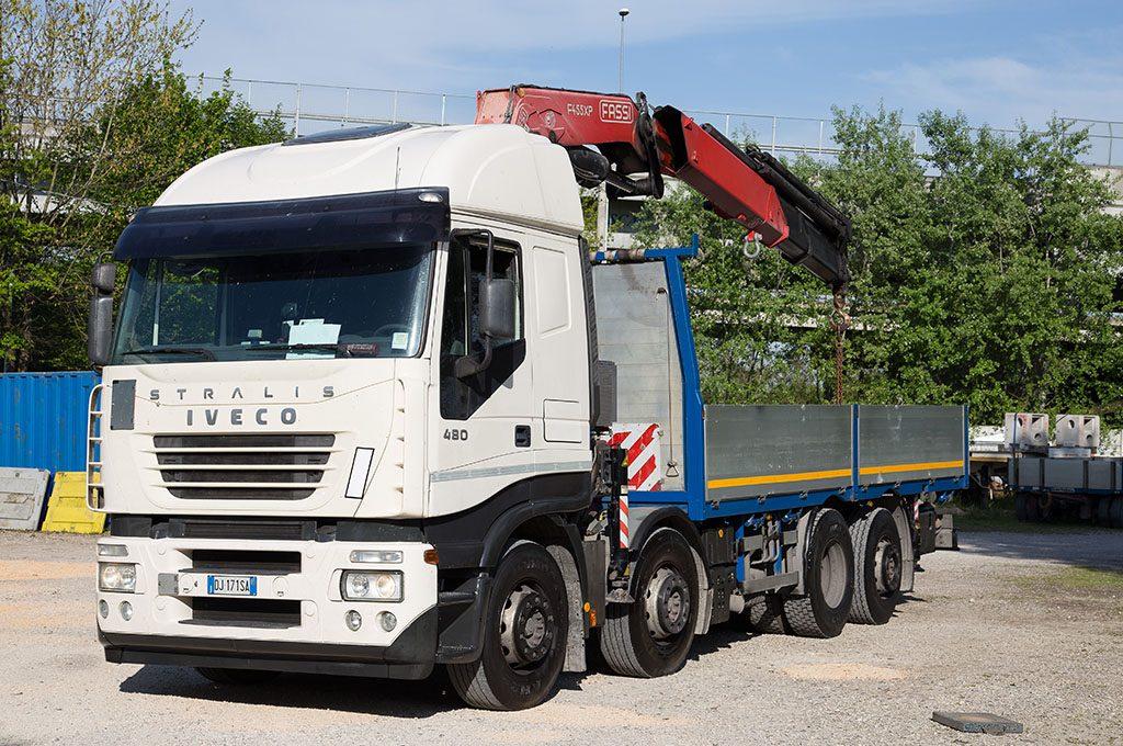 camion iveco con gru